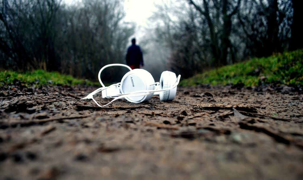 headphones-1149205_1920